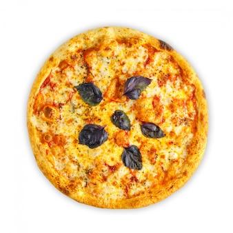 Zelfgemaakte italiaanse pizza met mozzarella, tomaat, olijven en champignons geïsoleerd op een witte achtergrond. bovenaanzicht