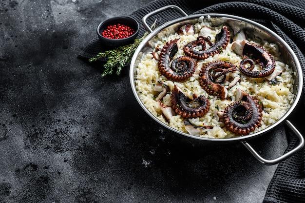 Zelfgemaakte italiaanse risotto met octopus in een pan. bovenaanzicht. kopieer ruimte