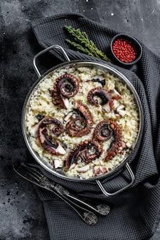 Zelfgemaakte italiaanse risotto met octopus in een pan. bovenaanzicht