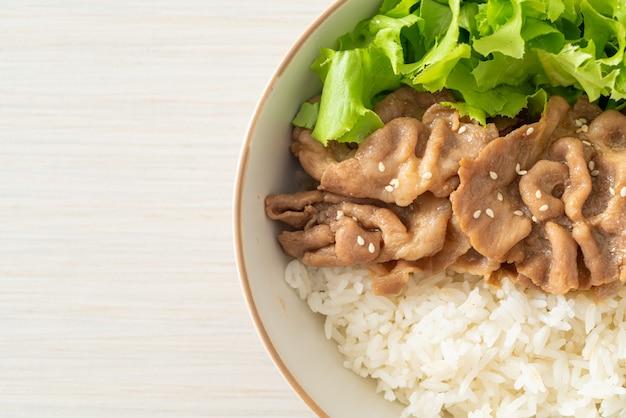 Zelfgemaakte japanse varkensvlees donburi rijstkom
