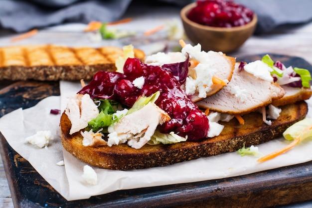 Zelfgemaakte kalkoen restjes sandwich met cranberrysaus