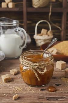 Zelfgemaakte karamelsaus op houten tafel