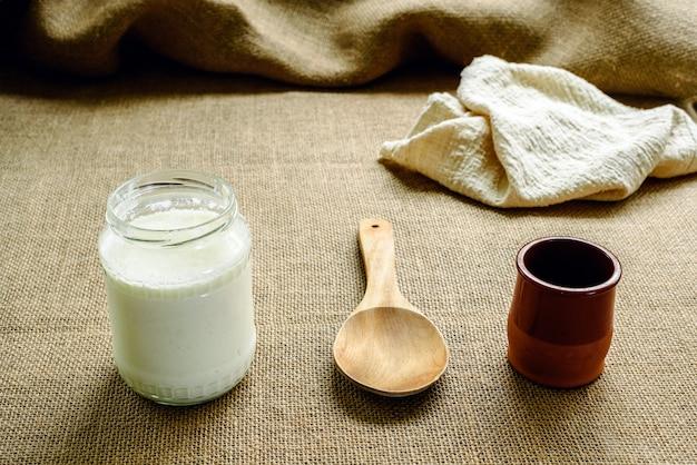 Zelfgemaakte kefir met houten lepel