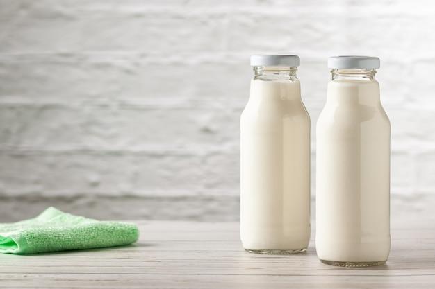 Zelfgemaakte kefir of yoghurt met probiotica. kefir afvallen dieet concept.