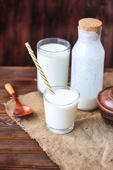 Zelfgemaakte kefir, yoghurt met probiotica in een glas op tafel probiotische koud gefermenteerde zuiveldrank trendy eten en drinken kopieer ruimte rustieke stijl.