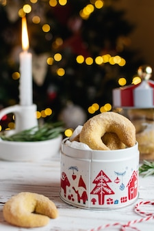 Zelfgemaakte kerst bakkerij, vanille halve maan koekjes met kaarsen, kerstboom en bokeh