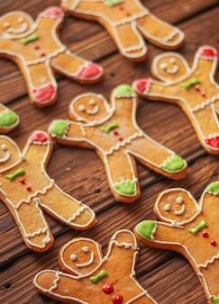 Zelfgemaakte kerst peperkoek man met suikerglazuur geklets