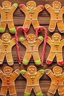 Zelfgemaakte kerst peperkoek man met suikerglazuur patroon