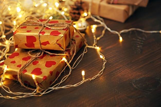 Zelfgemaakte kerstcadeaus ingepakt op tafel