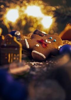 Zelfgemaakte kerstkoekjes met decoraties. feestelijke kerst