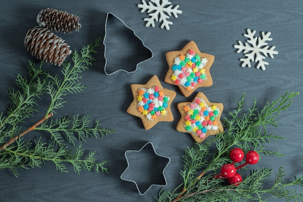 Zelfgemaakte kerstkoekjes met kerstversiering.