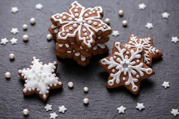 Zelfgemaakte kerstkoekjes op leisteen tafel