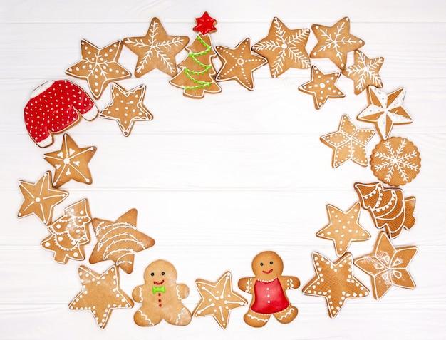 Zelfgemaakte kerstkoekjes op witte achtergrond met vrije ruimte voor tekst. zoete peperkoekkoekjes