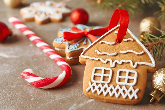 Zelfgemaakte kerstkoekjes, snoepjes, speelgoed op bruin, ruimte voor tekst. detailopname