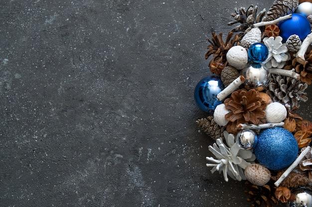 Zelfgemaakte kerstkrans op een betonnen tafel