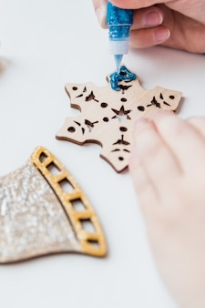 Zelfgemaakte kerstversieringen maken.kinderen maken decoraties voor de kerstboom of cadeaus. kerstmis-