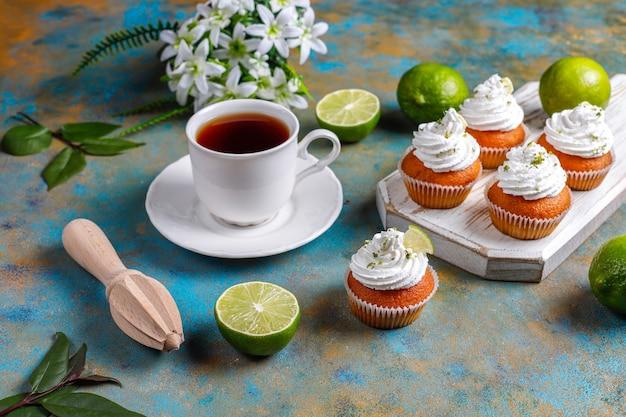 Zelfgemaakte key limoen cupcakes met slagroom en limoenschil, selectieve aandacht