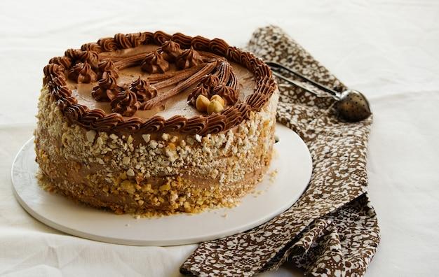 Zelfgemaakte kiev cake, dacquoise cake met boterroom en hazelnoten