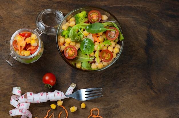 Zelfgemaakte kikkererwtensalade en gezonde groenten