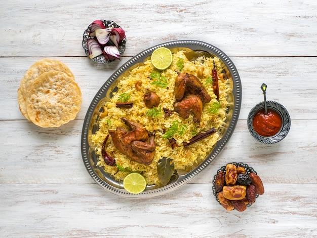 Zelfgemaakte kip biryani. arabische traditionele voedselschalen kabsa met vlees. bovenaanzicht