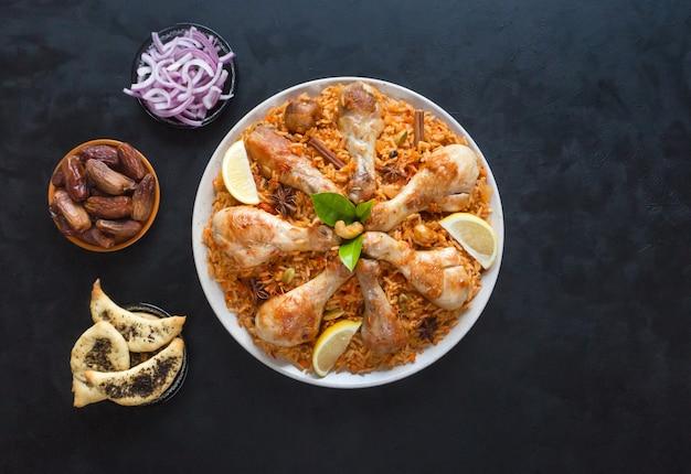 Zelfgemaakte kip biryani op een blauwe ondergrond