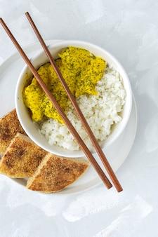 Zelfgemaakte kip met kerrie en basmati rijst