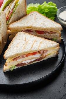 Zelfgemaakte kip sandwich helften, op zwarte tafel