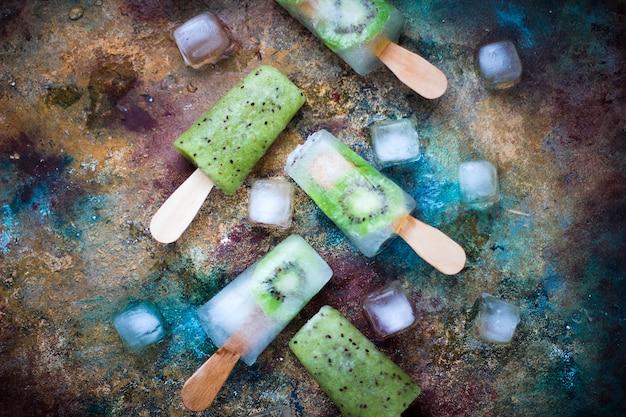Zelfgemaakte kiwi ijslollys met ijsblokjes