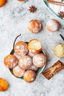 Zelfgemaakte kleine balletjes kwark donuts in poedersuiker