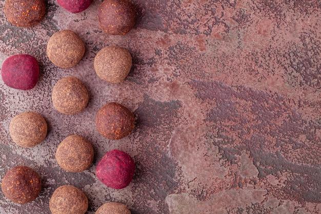 Zelfgemaakte kleurrijke rauwe vegan cocoa energy balls lie