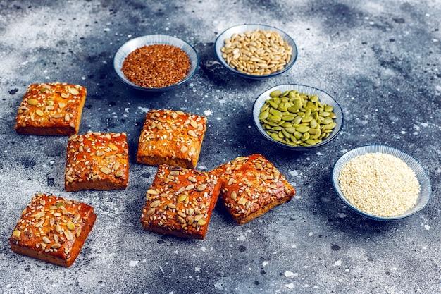 Zelfgemaakte knäckebrödkoekjes met sesam, havermout, pompoen en zonnebloempitten.gezonde snack, crackers