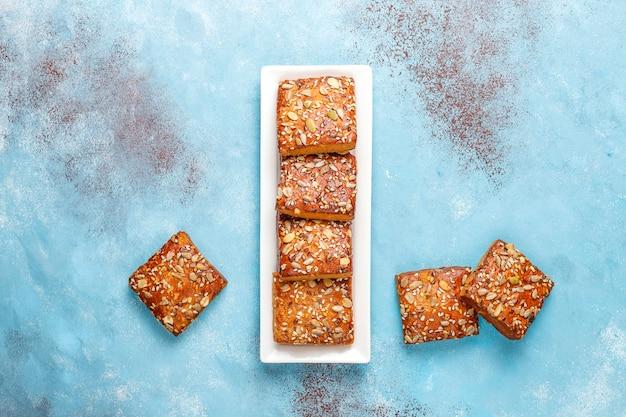 Zelfgemaakte knäckebrödkoekjes met sesam, havermout, pompoen en zonnebloempitten. gezonde snack, crackers