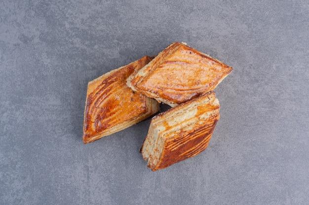 Zelfgemaakte knapperige gebakjes op marmeren tafel.