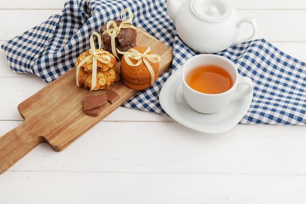 Zelfgemaakte knapperige koekjes en thee op een houten tafel