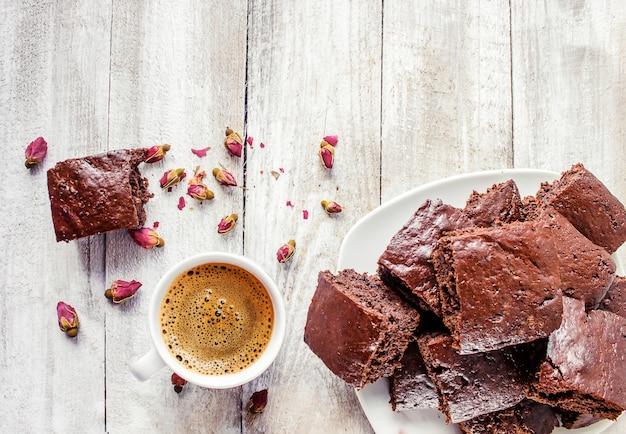 Zelfgemaakte koekjes brownie met groene cham voor ontbijt. selectieve aandacht. houten achtergrond.
