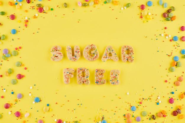 Zelfgemaakte koekjes die woorden suikervrij maken op tafel met snoepjes en hagelslag, uitzicht vanaf de top