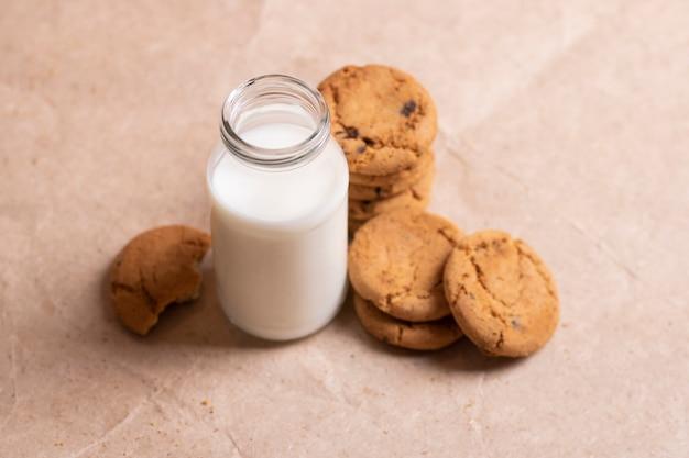 Zelfgemaakte koekjes en een fles melk op tafel close-up