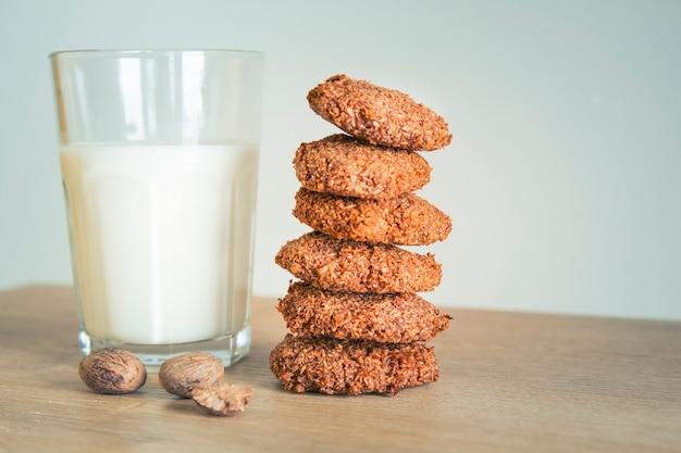 Zelfgemaakte koekjes en een glas melk op tafel.