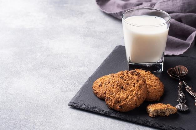 Zelfgemaakte koekjes granen haver en een glas melk