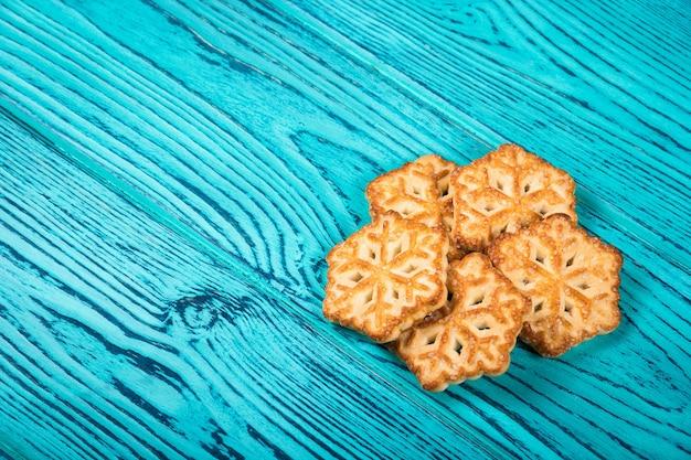 Zelfgemaakte koekjes in de vorm van sneeuwvlokken