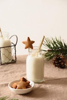 Zelfgemaakte koekjes in de vorm van ster en melk voor de kerstman en kerstboom op tafel. detailopname.
