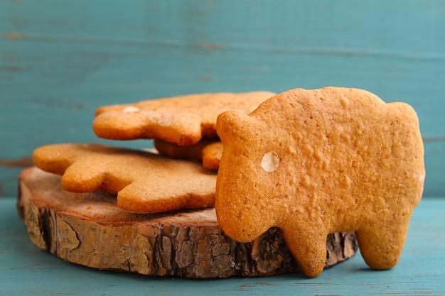 Zelfgemaakte koekjes (koekjes) in de vorm van schapen en honing