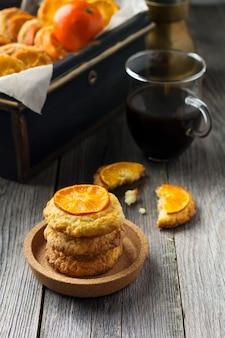 Zelfgemaakte koekjes met gesneden mandarijnen en kerstmisspeelgoed in een donkere doos. selectieve aandacht.