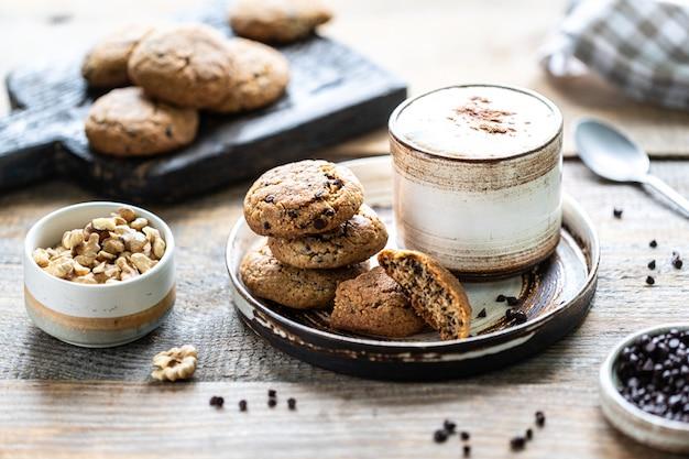 Zelfgemaakte koekjes met noten en koffie in een keramische kop