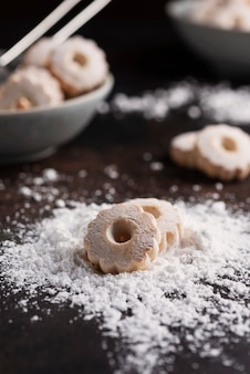 Zelfgemaakte koekjes met poedersuiker