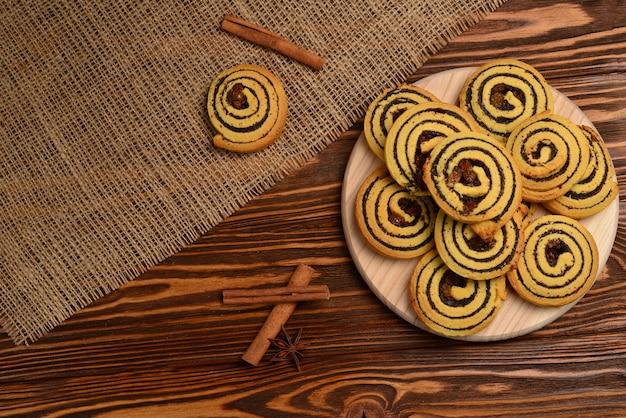 Zelfgemaakte koekjes met rozijnen en maanzaad. ruimte voor tekst of ontwerp.