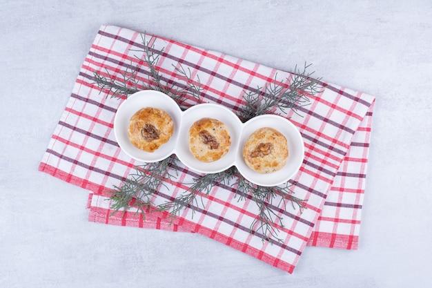 Zelfgemaakte koekjes met walnootpitten op tafellaken.