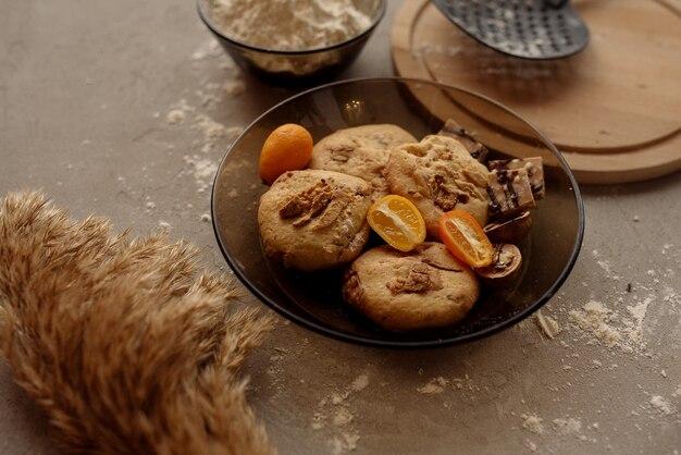 Zelfgemaakte koekjes met walnoten, kumquat en chocolade