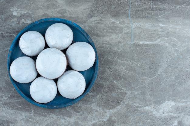 Zelfgemaakte koekjes met witte chocolade op blauwe houten plaat. bovenaanzicht.