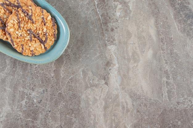 Zelfgemaakte koekjes op een bord op marmer.